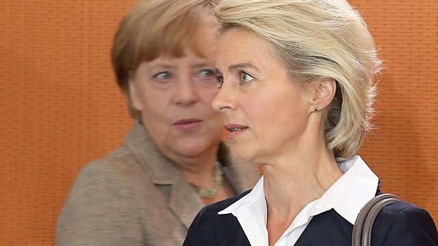 stellt-sie-die-kanzlerin-eines-tages-in-den-schatten-ministerin-ursula-von-der-leyen-vorne-und-kanzlerin-angela-merkel-